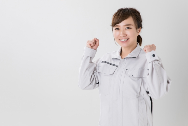 工場の軽作業で働く女性